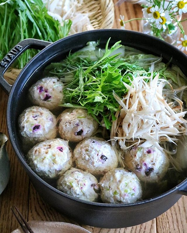 和風のメニュー。鶏団子とごぼうの大人鍋