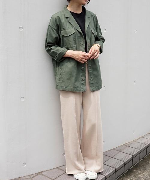 緑ジャケット×スウェットパンツの40代コーデ