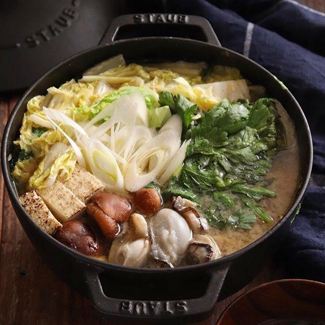 人気のメイン!旨味たっぷり牡蠣の味噌鍋