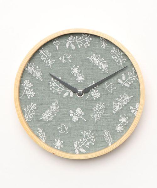 刺繍の文字盤がおしゃれな壁掛け時計