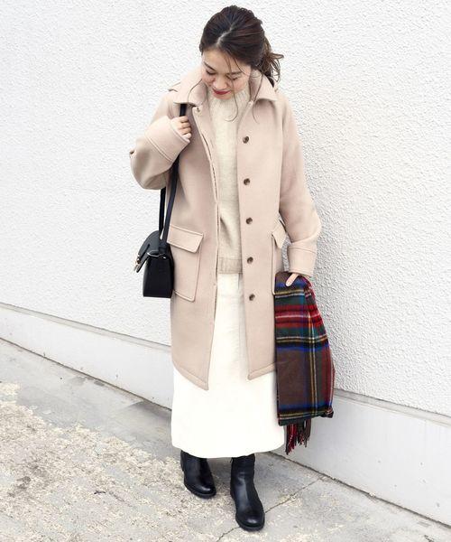 ステンカラーコート×ホワイトスカート