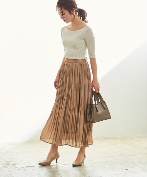 ベーシックカラーのプリーツスカートコーデ