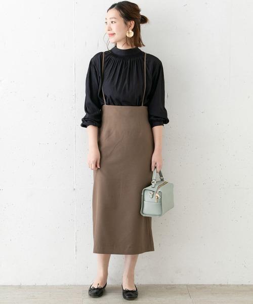 紺ハイネックブラウス×茶色スカートコーデ
