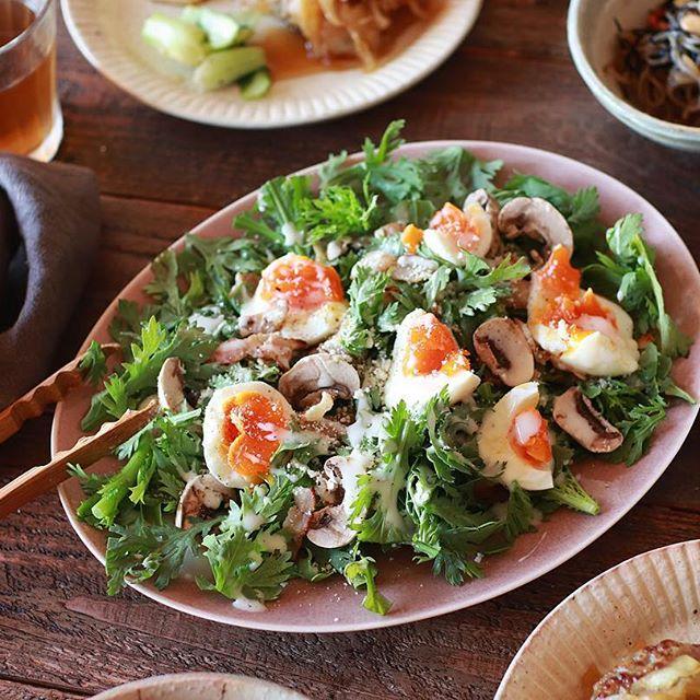 具沢山レシピ。春菊と半熟卵のシーザーサラダ
