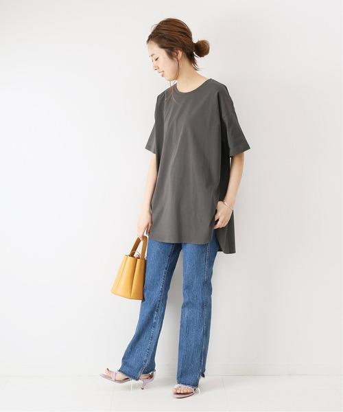 ビッグTシャツ×カットオフデニムパンツ