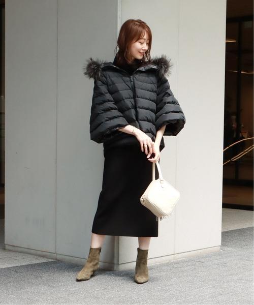 ポンチョダウン×黒ワンピースの服装