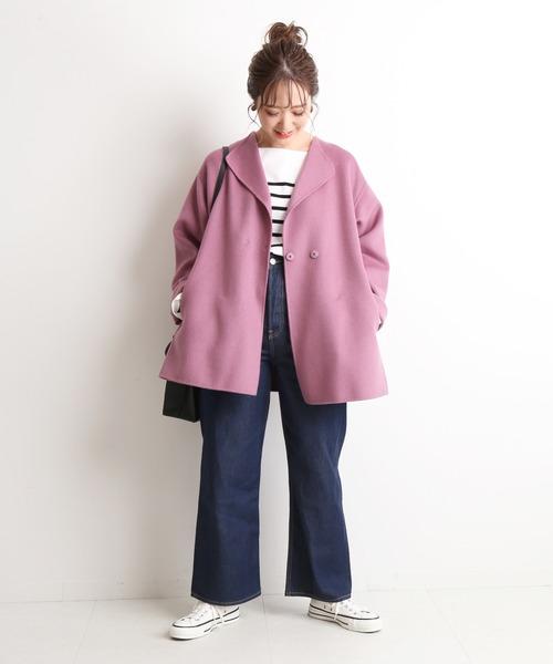 コート×デニムワイドパンツの服装