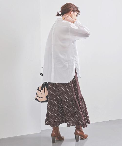 白ブラウス×茶色ドットロングスカートコーデ