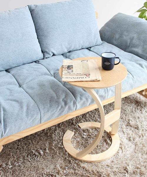 手の届きやすい位置に置けるサイドテーブル