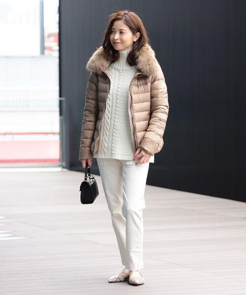 ダウンジャケット×白パンツの服装