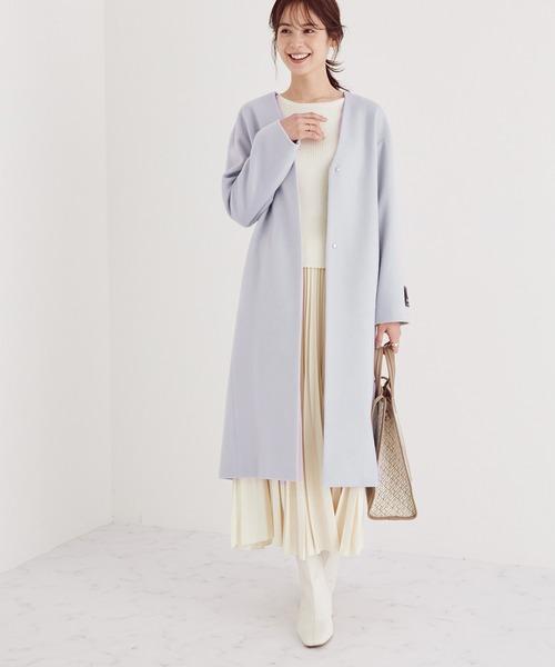 ノーカラーコート×プリーツスカートの服装