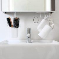 吊戸棚下のスペースを有効活用♪細々したものを掛けられる「洗面戸棚下フック」