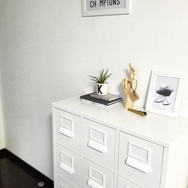 壁色と同じチェストにすっきり収納するアイデア