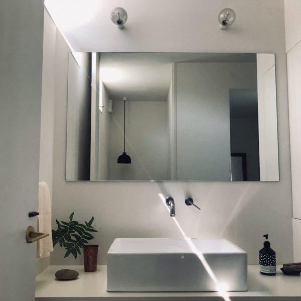 明るく清潔感溢れるシンプル洗面所