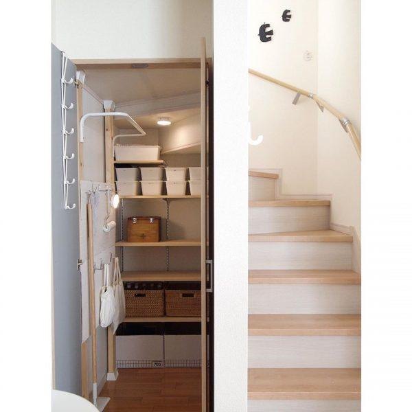すっきり整った階段下の収納スペース