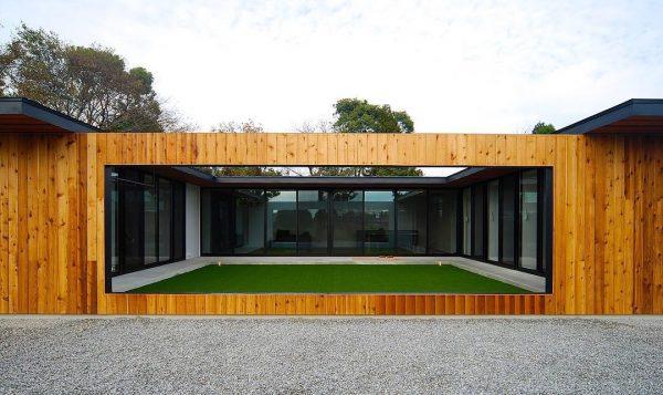 ウッディな外観のコートハウスの平屋住宅
