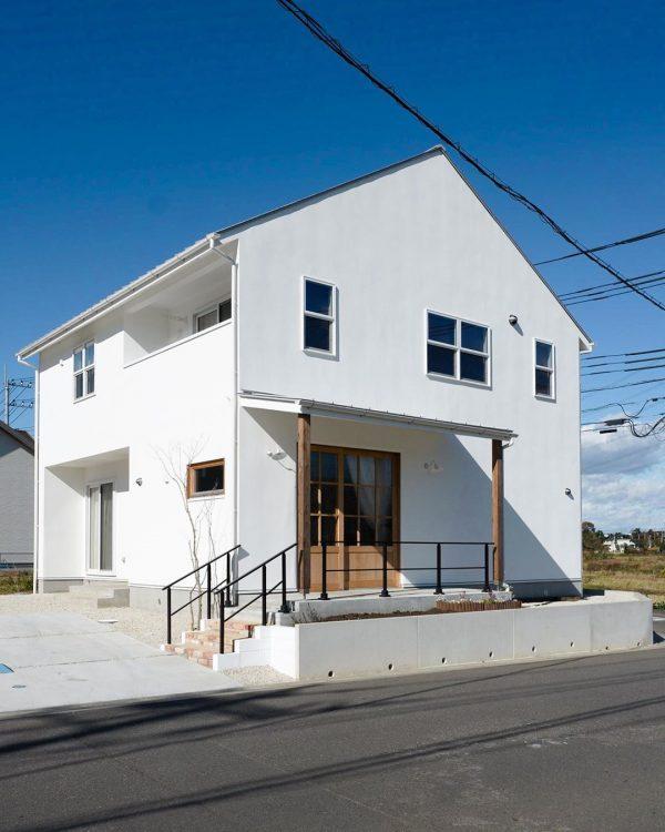 白い外壁×おしゃれな三角屋根の家