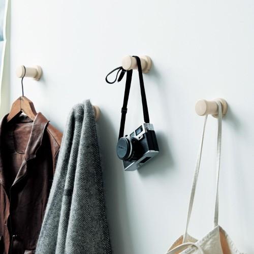 おしゃれな壁付けフックのコート収納アイデア