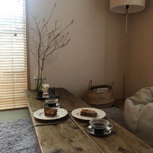 素朴な風合いのテーブルが和室に好相性