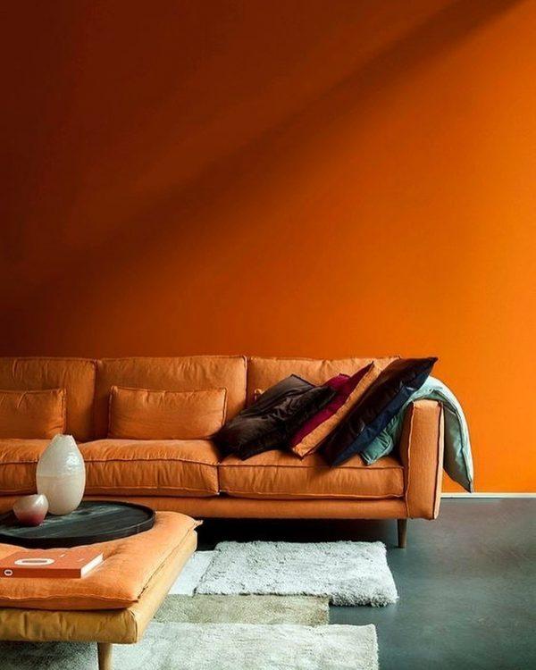 オレンジ壁&レザーソファのバランスが◎