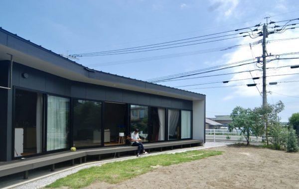少しだけ斜めになったデザインの平屋住宅