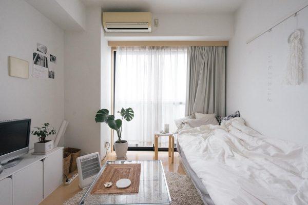 ベッドの対面にテレビを配置したレイアウト