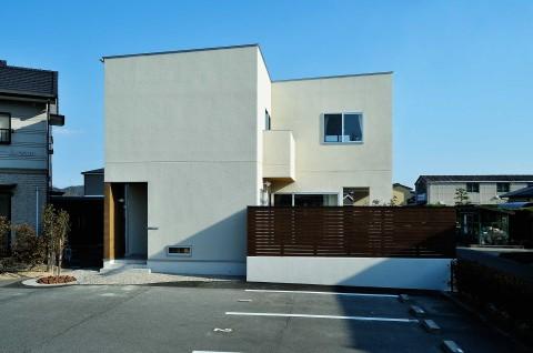 クリーム色の外壁×おしゃれな陸屋根の家
