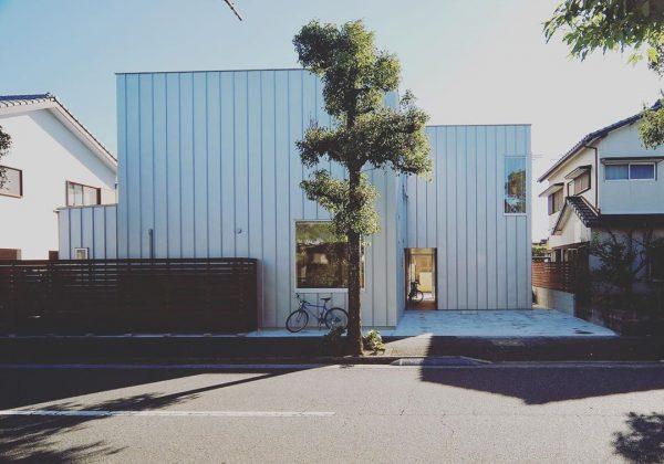 シルバーの外壁×おしゃれな二世帯住宅