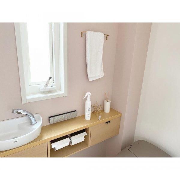 ピンクの壁紙が素敵なトイレ