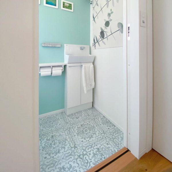 ブルーが爽やかなトイレ