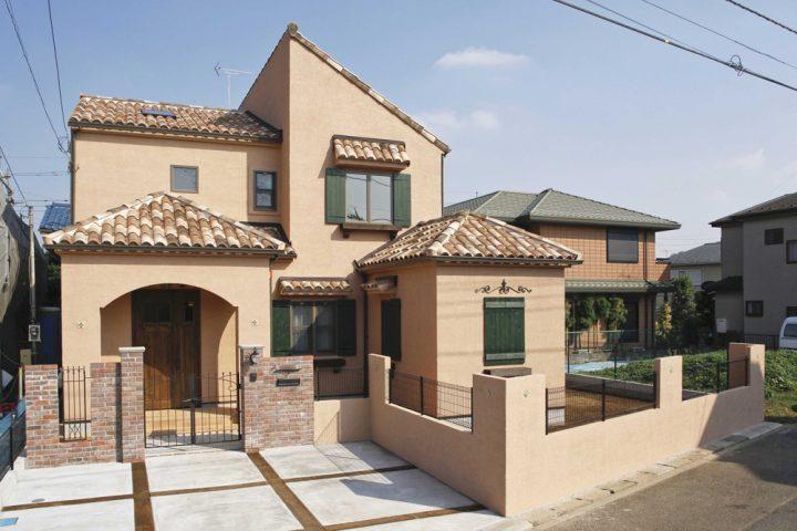ベージュの外壁×おしゃれなスペイン風の家