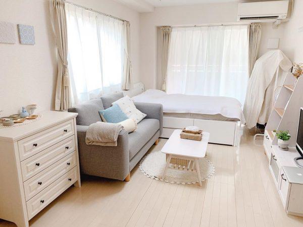 ベッド横にソファを置く縦長1K8畳レイアウト