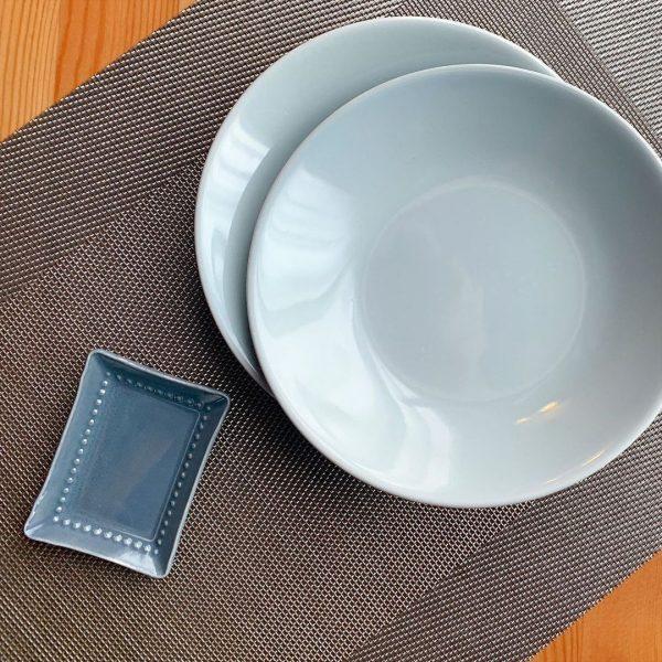 淡いブルーグレーがきれいでおしゃれな丸皿