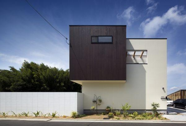 クリームの外壁×モダンなハコ型の家