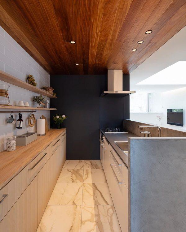 木板天井とダウンライトが好バランスなキッチン