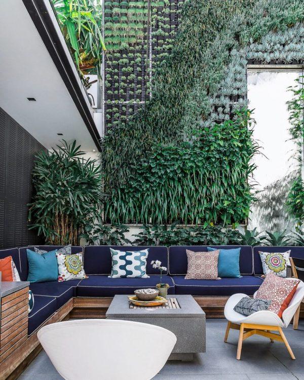 グリーンの壁とカラフルな家具のコントラストが◎