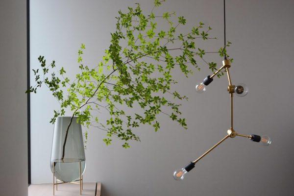 枝物に相性の良いペンダントライト