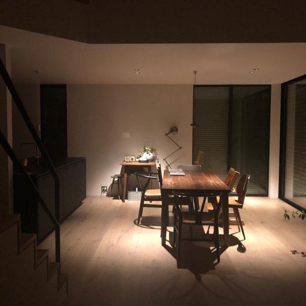 家具の配置に合わせた照明がセンス抜群