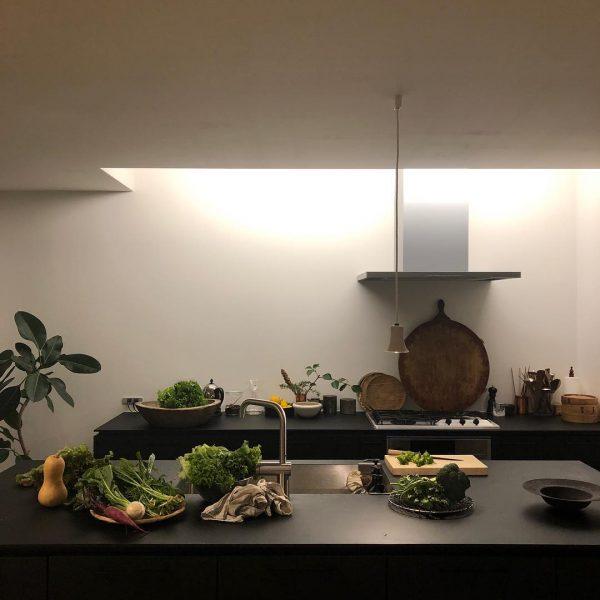 天窓の光が気持ちの良いキッチンスペース