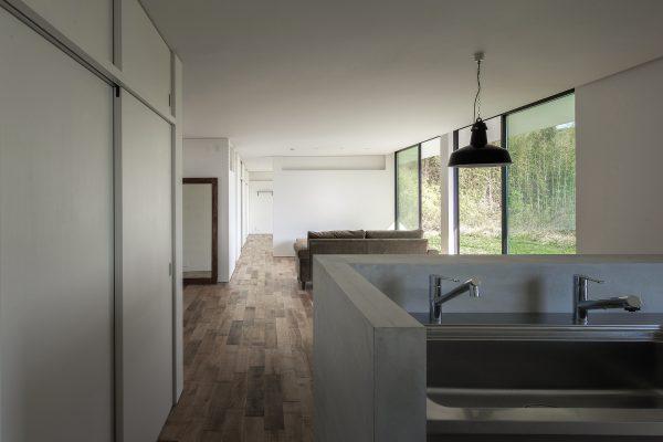 すっきりと大空間を見渡せる間取りの平屋住宅
