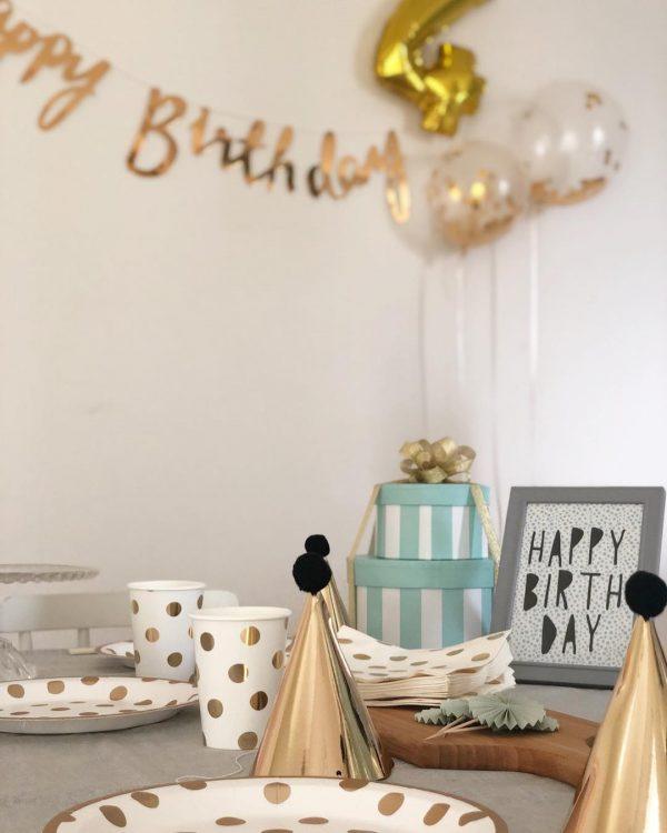 ゴールドカラーを利かせた誕生日の飾り付け