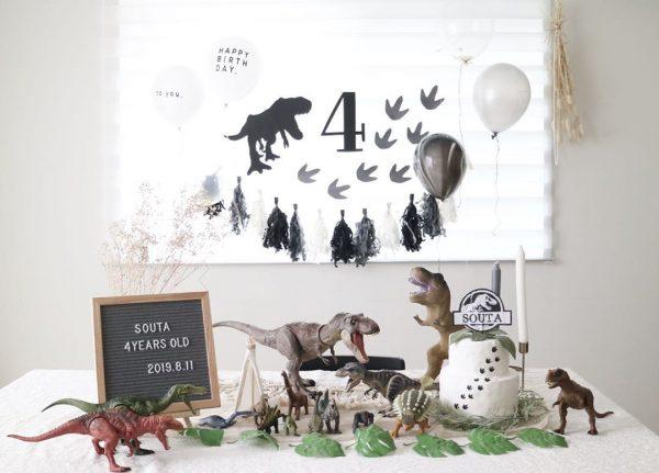 恐竜と一緒にお祝いする誕生日の飾り付け