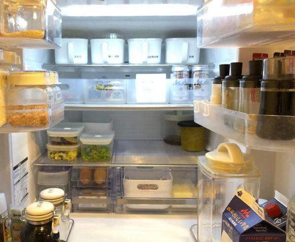 100均の蓋付きボックスを活用した冷蔵庫収納