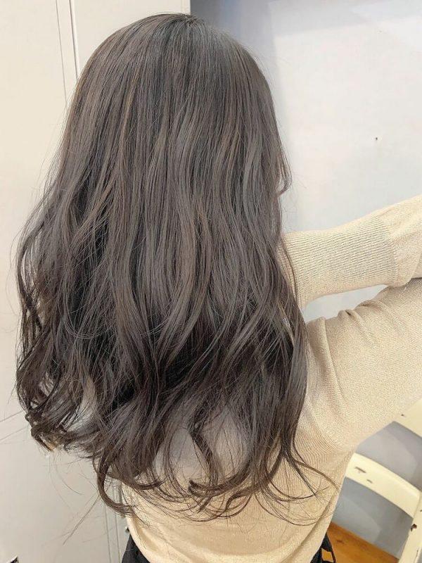 柔らかな発色の明るめダークグレージュヘア