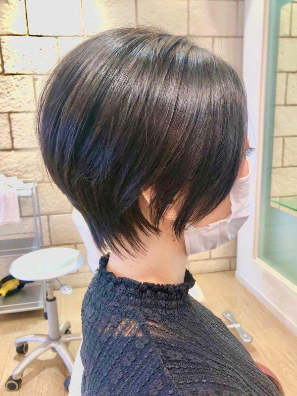 丸みがきれいな前髪なしハンサムショート