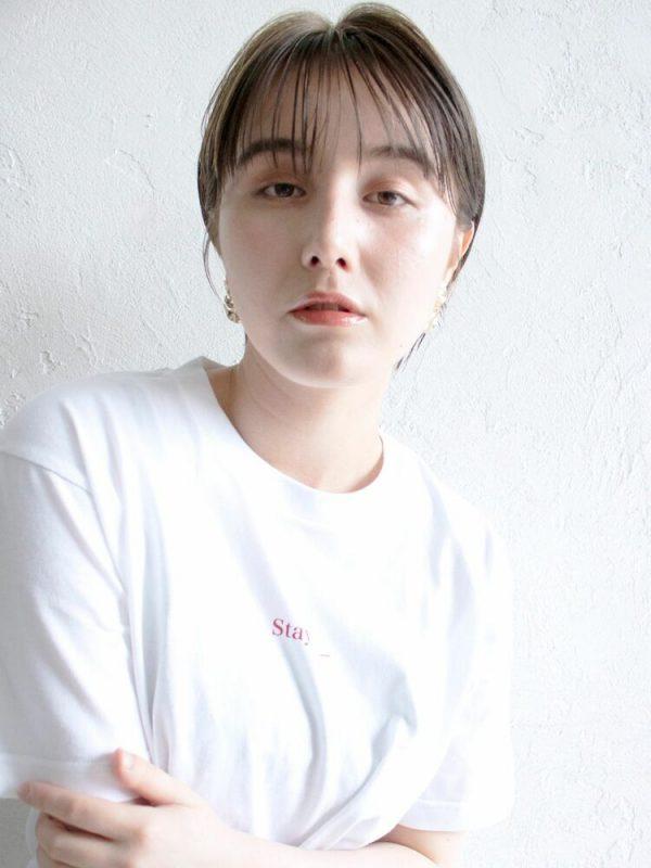 離れ目の女性に似合う髪型:ストレート