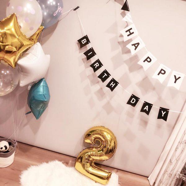 浮く風船でワクワクさせる誕生日の飾り付け