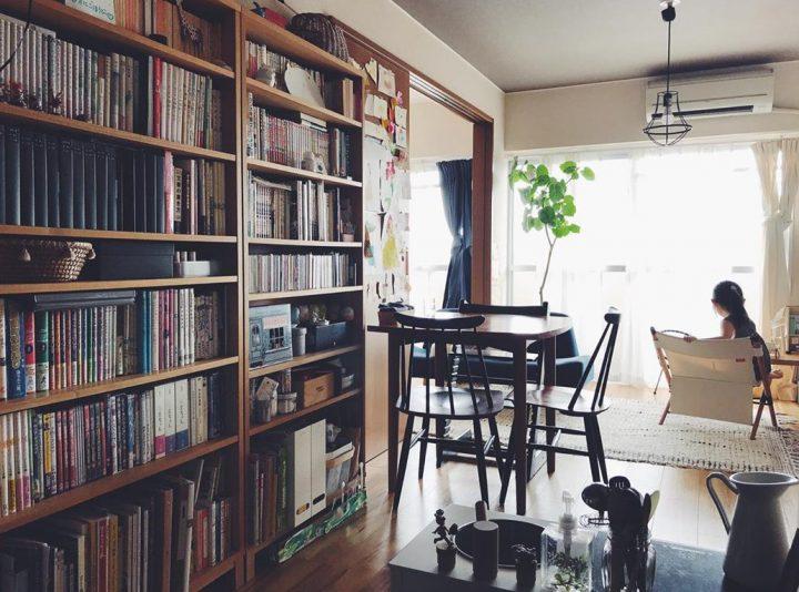 リビングの入り口にインパクトある本棚