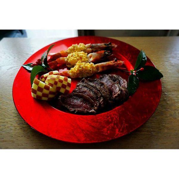 赤いお皿でおめでたいおせち