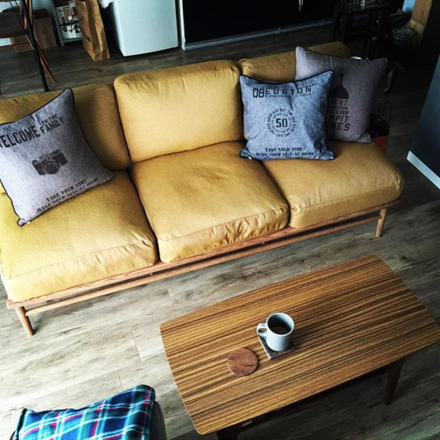 風水で西とピッタリな黄色のソファ